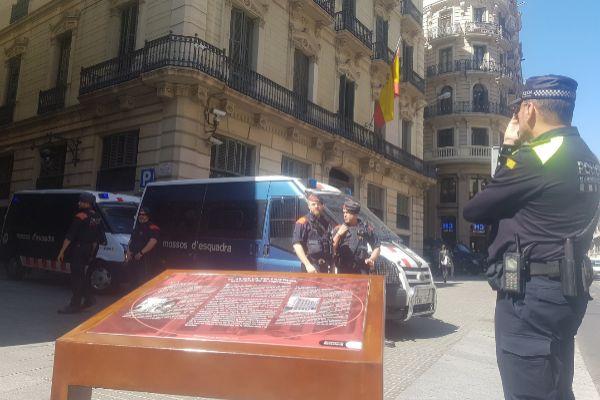 Policías nacionales piden a Colau retirar el atril que recuerda ...