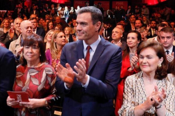 Cristina Narbona, Pedro Sánchez y Carmen Calvo, en el acto del PSOE.