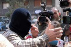 """GRAF9958. BARCELONA.- El pederasta confeso de los Maristas de Sants, Joaquín <HIT>Benítez</HIT>, con el rostro cubierto por un pasamontañas a la salida de la Audiencia de Barcelona, que desde hoy lo juzga por haber abusado sexualmente de cuatro alumnos, tras lo que ha pedido perdón a las víctimas y ha asegurado a los medios que """"había más"""" docentes implicados. -TV"""