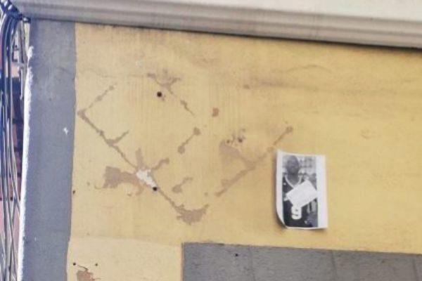 El lugar donde estaba colocada la placa, junto a un foto del mantero.