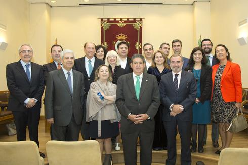 Los periodistas homenajeados, juunto al decano de los abogados y autoridades judiciales.