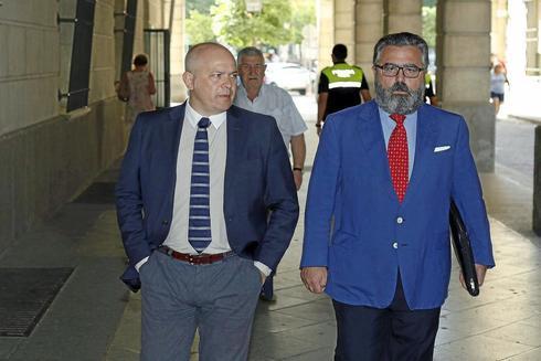 El presidente de Emerita, Joaquín Merino, junto a su abogado, Ramón Escudero.