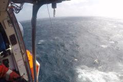 Rescate de vértigo a un velero en el océano Atlántico