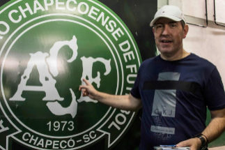 Rafael Henzel, junto al escudo del Chapecoense.
