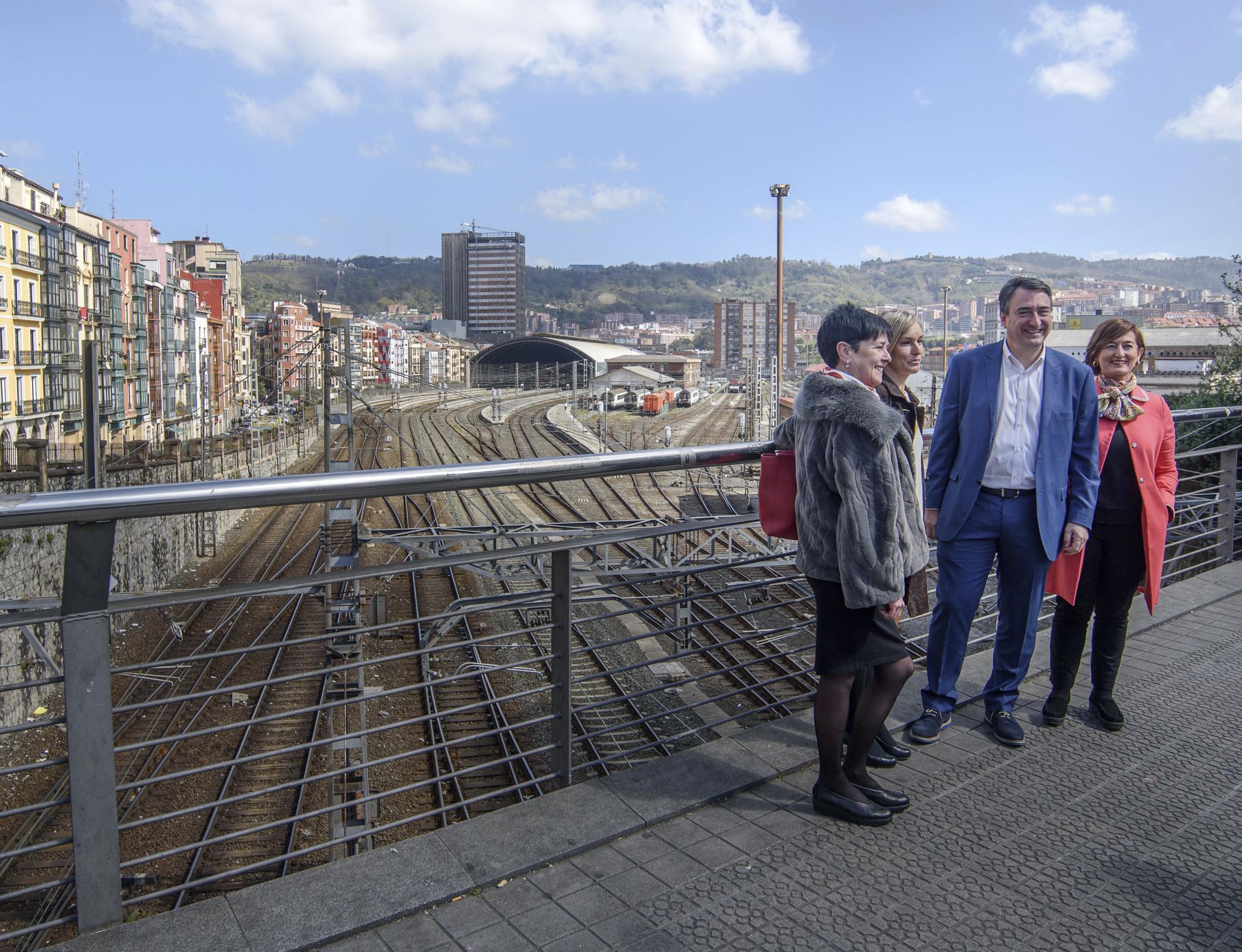 Esteban posa sobre la playa de vías que quedará cubierta cuando llegue el TAV a Bilbao.