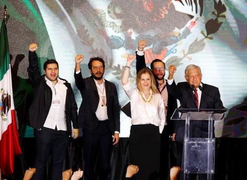 Andrés Manuel López Obrador, con su esposa, Beatriz Gutiérrez, y personas de su equipo, en la noche de las elecciones por las que se convirtió en presidente de México.
