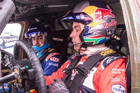 Alonso recibe su primera clase en Sudáfrica pensando en el Dakar