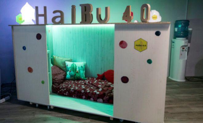 Un modelo de habitáculo realizado por Haibu. Cabe un colchón de 80 cm x 190 cm. La renta en un 'piso colmena' en el centro de la ciudad cuesta 225 con todos los gastos incluidos