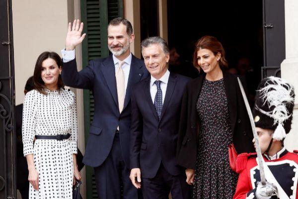 Los reyes Felipe VI y Letizia junto al presidente de Argentina, Mauricio Macri, y su esposa, Juliana Awada, a su llegada al Teatro Libertador General San Martín de Córboda (Argentina).