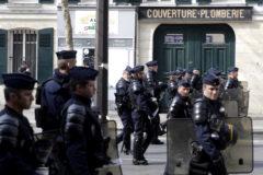 Agentes de la policía antidisturbios en París.