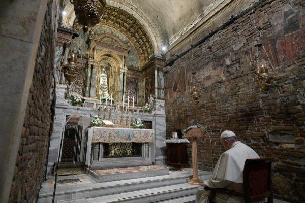 El papa Francisco visita a la basílica del Santuario de Loreto en...