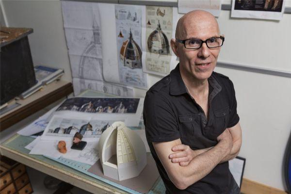 Fernando Baptista, editor sénior de gráficos de National Geographic, rodeado de bocetos y maquetas del Duomo de Florencia.