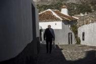 Un anciano, paseando por Parauta (Málaga).