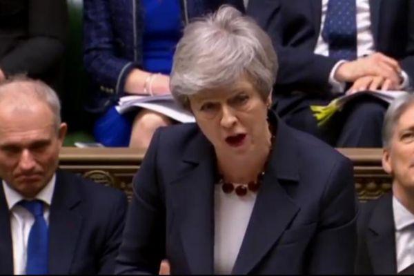 May participa en una sesión de control del Parlamento.
