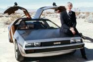 John DeLorean apoyado en el DMC-12 en una foto de archivo