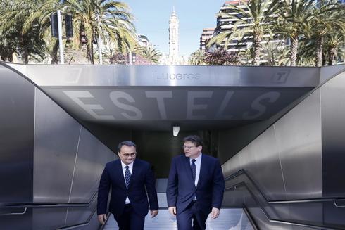 El candidato a la Alcaldía de Alicante, el socialista Francesc Sanguino, junto al presidente de la Generalitat, Ximo Puig, ayer en la estación del Tram de la Plaza de los Luceros. justo antes del anuncio de las obras por 35 millones.