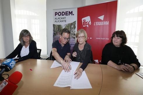 Pascual Pérez, secretario general de Podemos, cede a Isabel González (EU), el acuerdo preelectoral para la nueva confluencia.