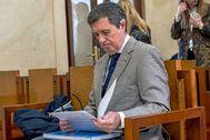 El expresidente del gobierno balear Jaume Matas revisando ayer sus documentos antes del inicio del juicio por el 'caso Turisme Jove'.