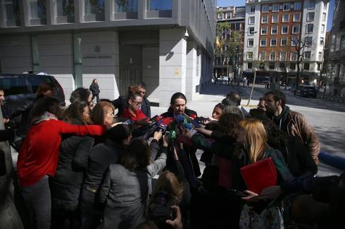 Iglesias, rodeado de medios de comunicación, en la Audiencia Nacional.