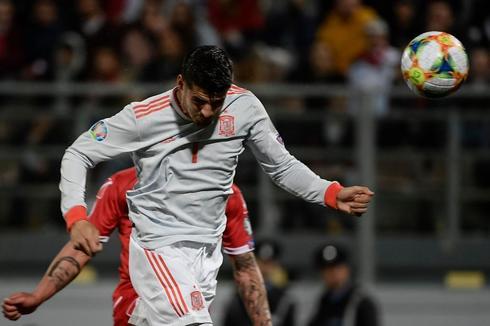 Morata cabecea el balón durante el partido ante Malta.