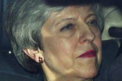 May entrega su cabeza por un Brexit pactado