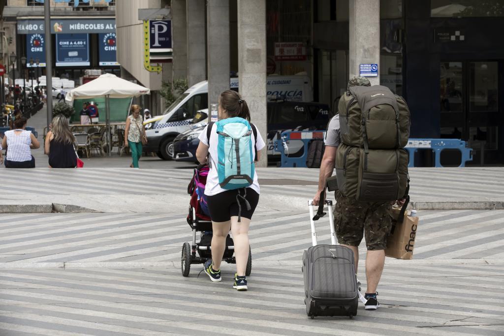 Dos turistas caminan por el centro de la ciudad.