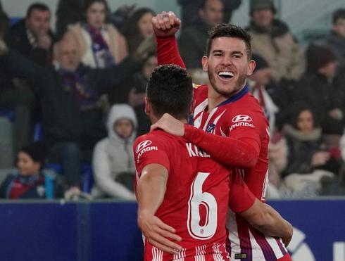 Lucas celebra un gol esta tamporada con Koke.