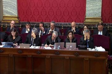 Los acusados, detrás de sus abogados, en el Tribunal Supremo.