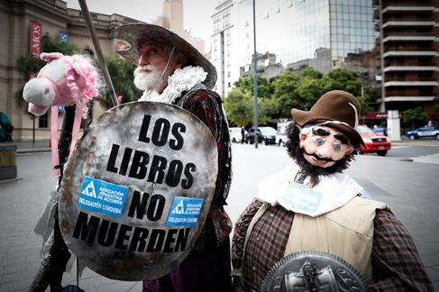Un hombre disfrazado de Don Quijote de La Mancha es visto este miércoles frente al teatro San Martín durante la inauguración del VIII Congreso de la Lengua Española, en Córdoba (Argentina).