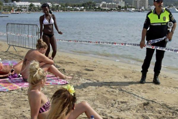 Precinto de la playa de San Antonio, en Ibiza, por causa de un vertido.