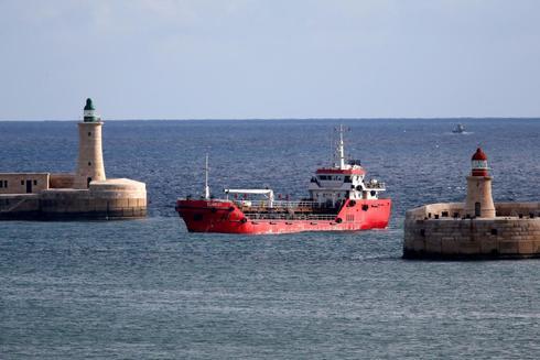 El buque mercante Elhiblu 1 llega a Senglea en el Gran Puerto de La Valetta, Malta.