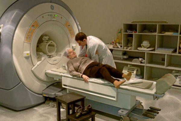 Una mujer se somete a una resonancia magnética en un hospital.