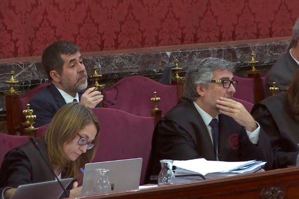 Jordi Sànchez, tras su abogado, durante el juicio del 1-O.
