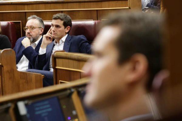 Pablo Casado, en primer término. Al fondo, Albert Rivera y Juan Carlos Girauta, en el Congreso de los Diputados.
