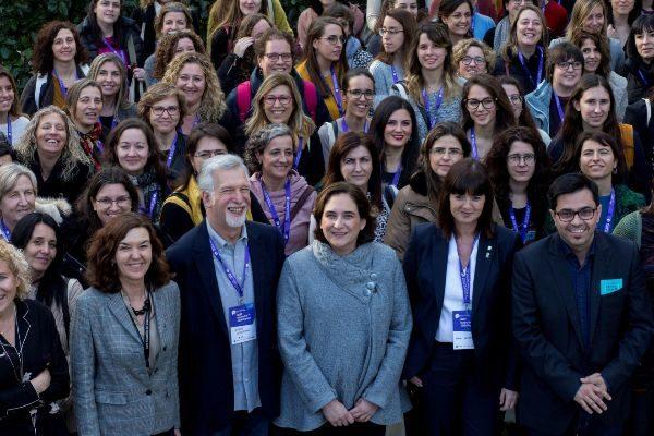 Ada Colau en uno de los actos de la Bienal de Ciencia, rodeada de científicas.