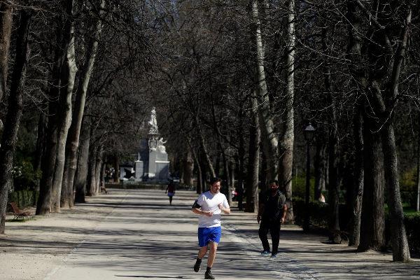 Un corredor, por una de las calles de El Retiro.
