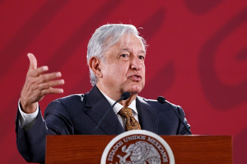 """MEX010. CIUDAD DE MÉXICO (MÉXICO).- El presidente de México, Andrés Manuel López <HIT>Obrador</HIT>, durante su rueda de prensa matutina, en Palacio Nacional, en Ciudad de México (México) hoy, jueves 28 de marzo de 2019. <HIT>Obrador</HIT> se mostró confiado en que logrará el """"empleo pleno"""" en el país, y ello permitirá frenar la migración de centroamericanos hacia Estados Unidos, pues preferirán quedarse en México."""