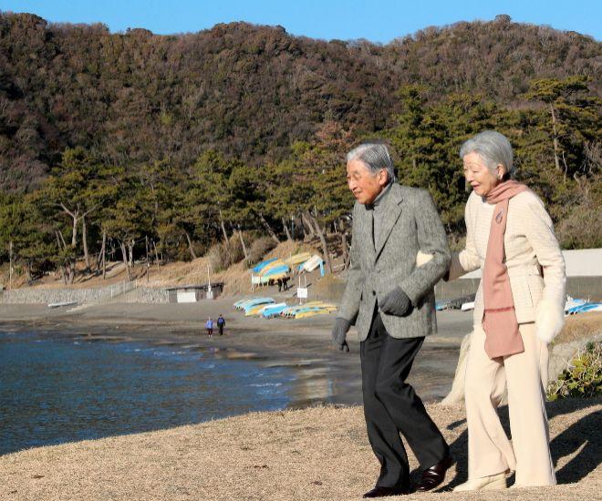 Akihito y Michiko, paseando por la villa imperial de Hamayama, a 66 kilómetros alsur de Tokio