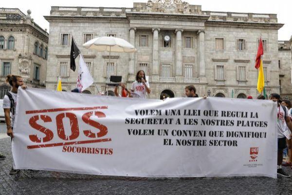 Protesta de socorristas en la plaza Sant Jaume el verano pasado
