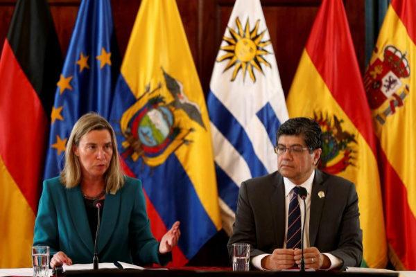 Federica Mogherini junto al canciller ecuatoriano, José Valencia, en Quito.