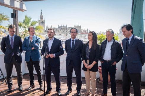 El vicesecretario general del PP andaluz (junto al micro) junto a los representantes del mundo del toro convocados este jueves.