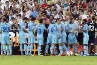 Los jugadores del Atlético se hidratan en un partido de agosto.