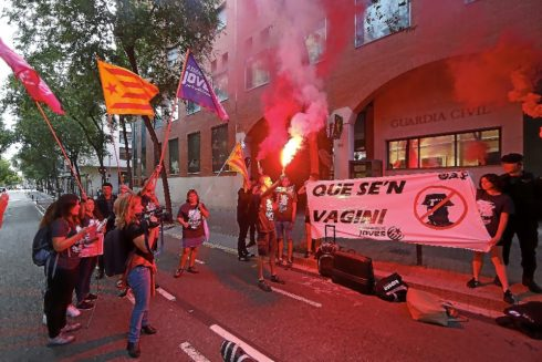 Concentración independentista ante la casa cuartel de Travessera de Gràcia, en Barcelona
