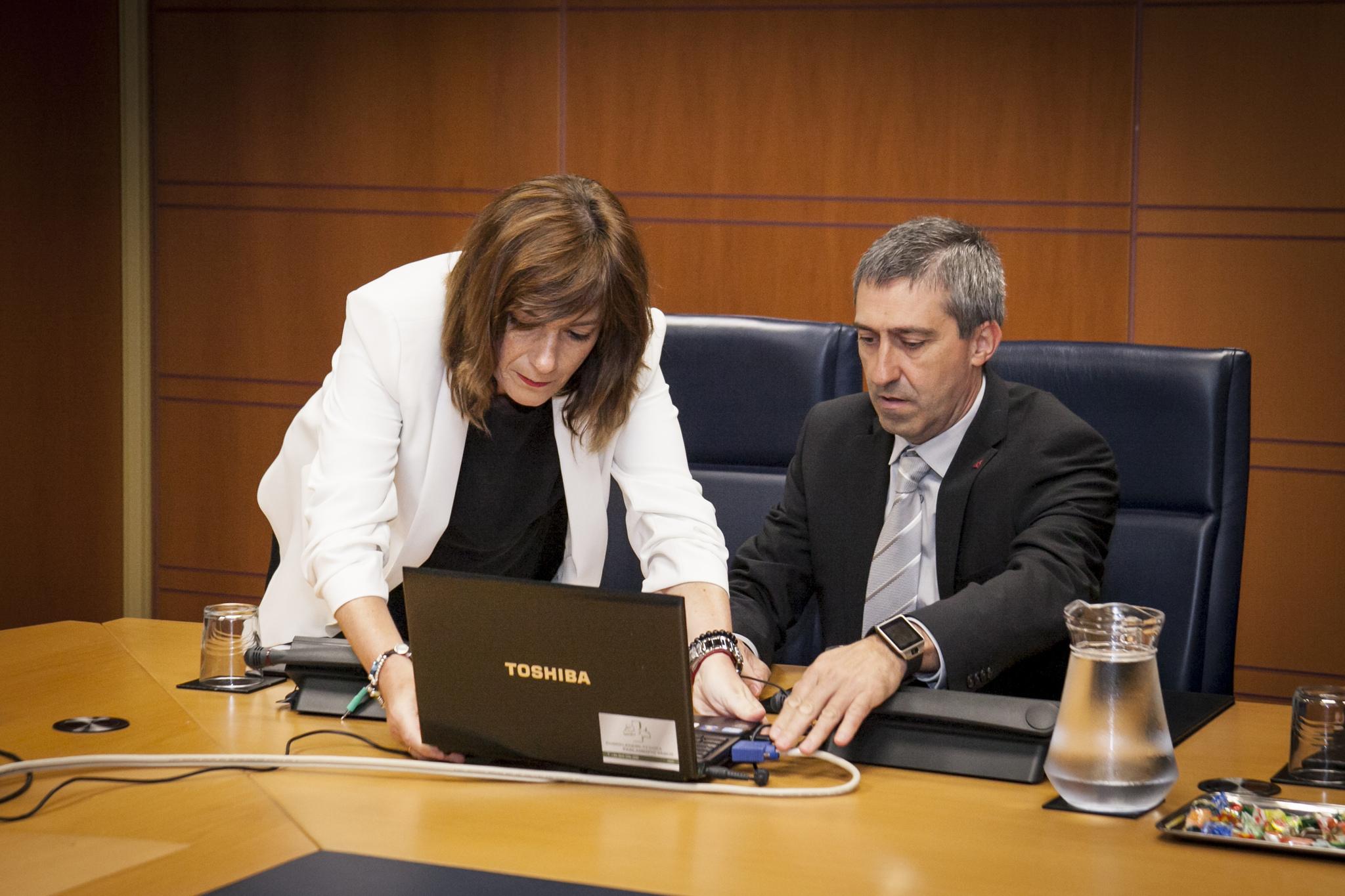 La viceconsejera Lide Amilibia con el director Ernesto Sainz, en una comparecencia en el Parlamento.