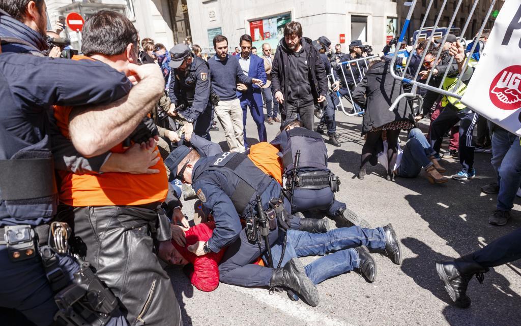 Trabajadores de Alcoa protestan frente al Congreso de los diputados