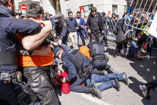 Trabajadores de Alcoa y diputados de Podemos se enfrentan en una manifestación frente al Congreso.