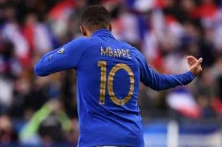 Mbappé celebra un gol con Francia en su último partido.