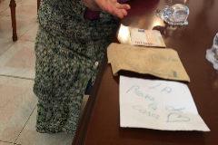 De la veintena que llegaron en un sobre marrón, las cartas a mano, las que contenían un mensaje,  son sólo dos. Con torpe caligrafía, en lápiz verdeazulado, una fue dirigida a Luisi Mas (74 años).