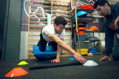 Márquez hace ejercicios de rehabilitación del hombro.