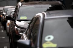 Varios vehículos de transporte público de la empresa Uber.